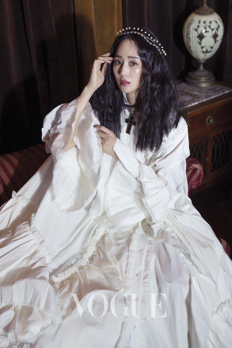 白色綴蕾絲大禮服、十字架項鍊(Gucci)頭飾(私人提供)