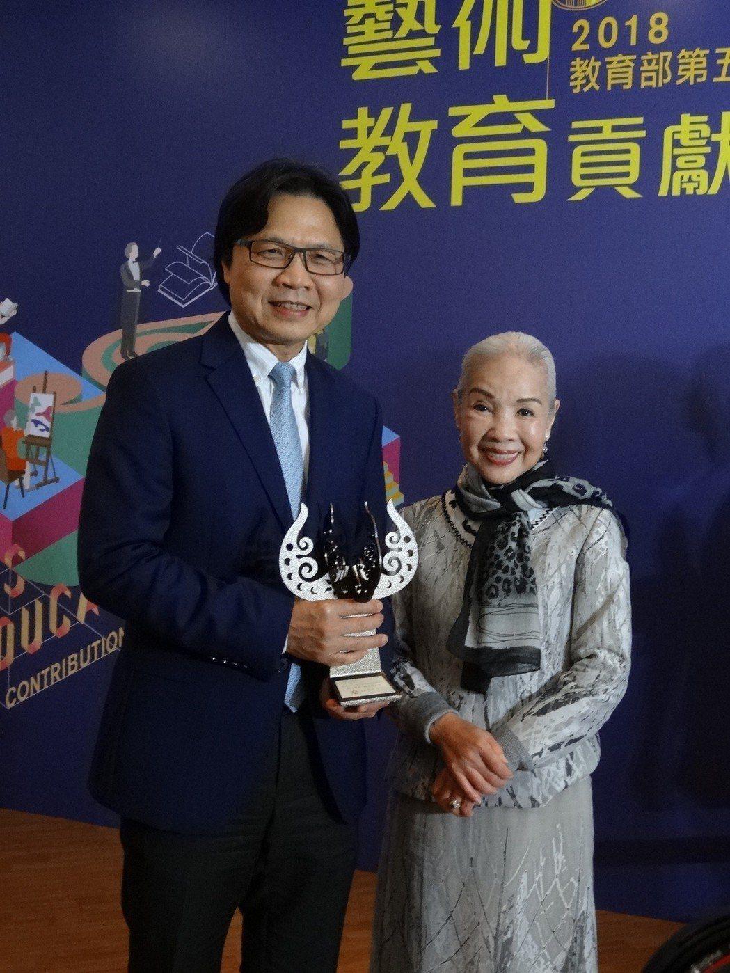 教育部部長葉俊榮與終身成就獎得主廖瓊枝女士。 教育部/提供