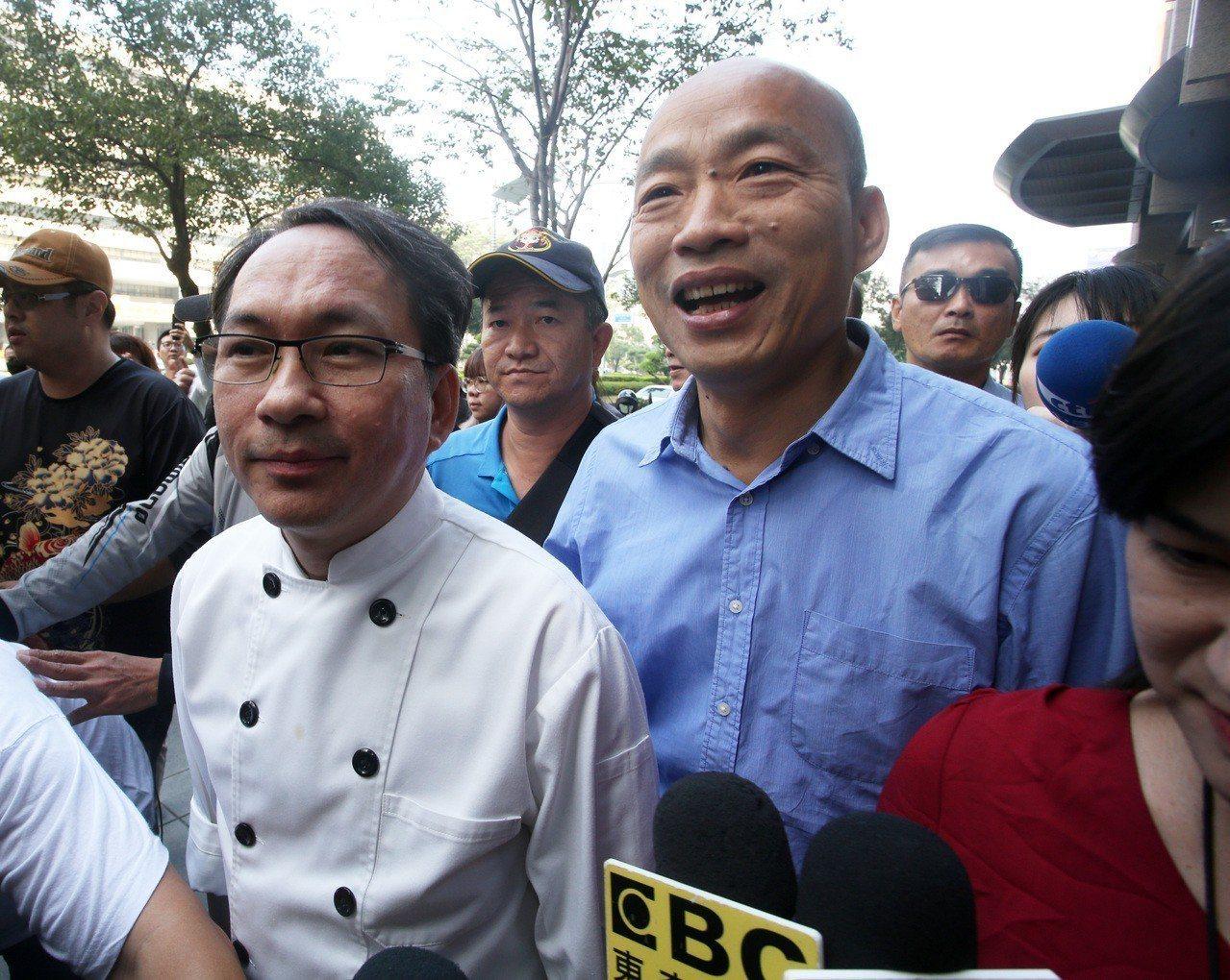 知名麵包師傅吳寶春(左)因發聲明表示支持九二共識、生於中國台灣等言論惹議,今由高...
