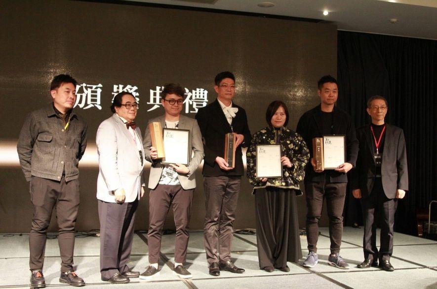 (圖)莊媛婷及鄭瑞文總監上台接受別墅複層類「銀獎」表揚