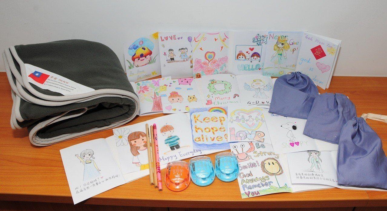 「文具禮物包」由大學、高中與國中小學生一起製作,親手繪圖祝福,將鉛筆、削鉛筆器及...