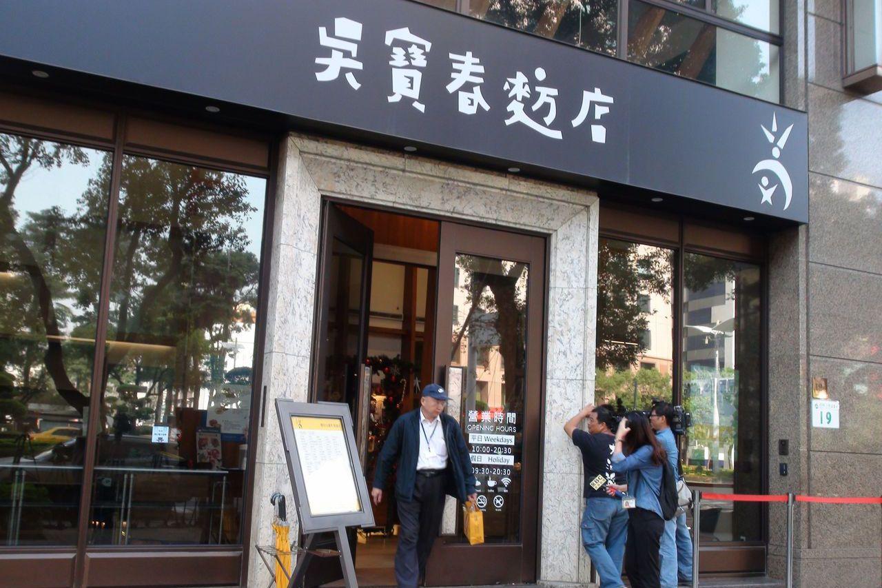 吳寶春麵包店今天上午一開店就有不少人買麵包。記者謝梅芬/攝影