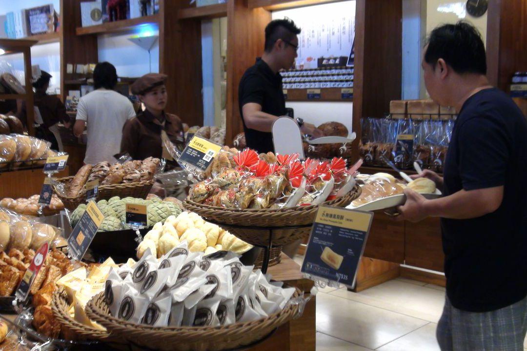 吳寶春麵包店今天上午一開店就有不少人上門購買。記者謝梅芬/攝影