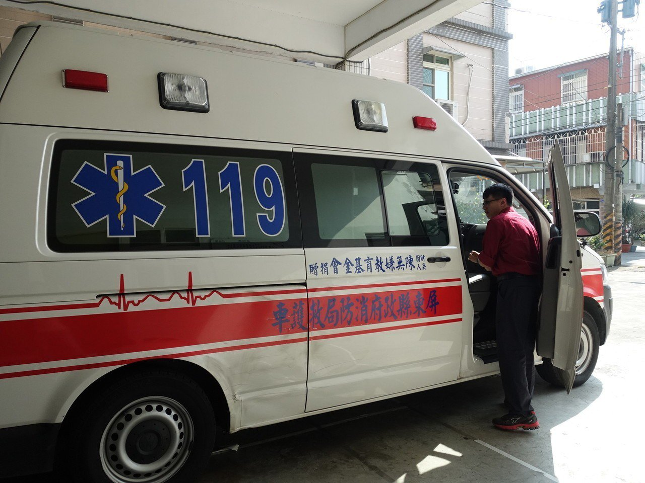 屏東縣消防局龍泉消防分隊唯一的救護車,就是103年吳寶春以母親的名義捐贈。記者翁...
