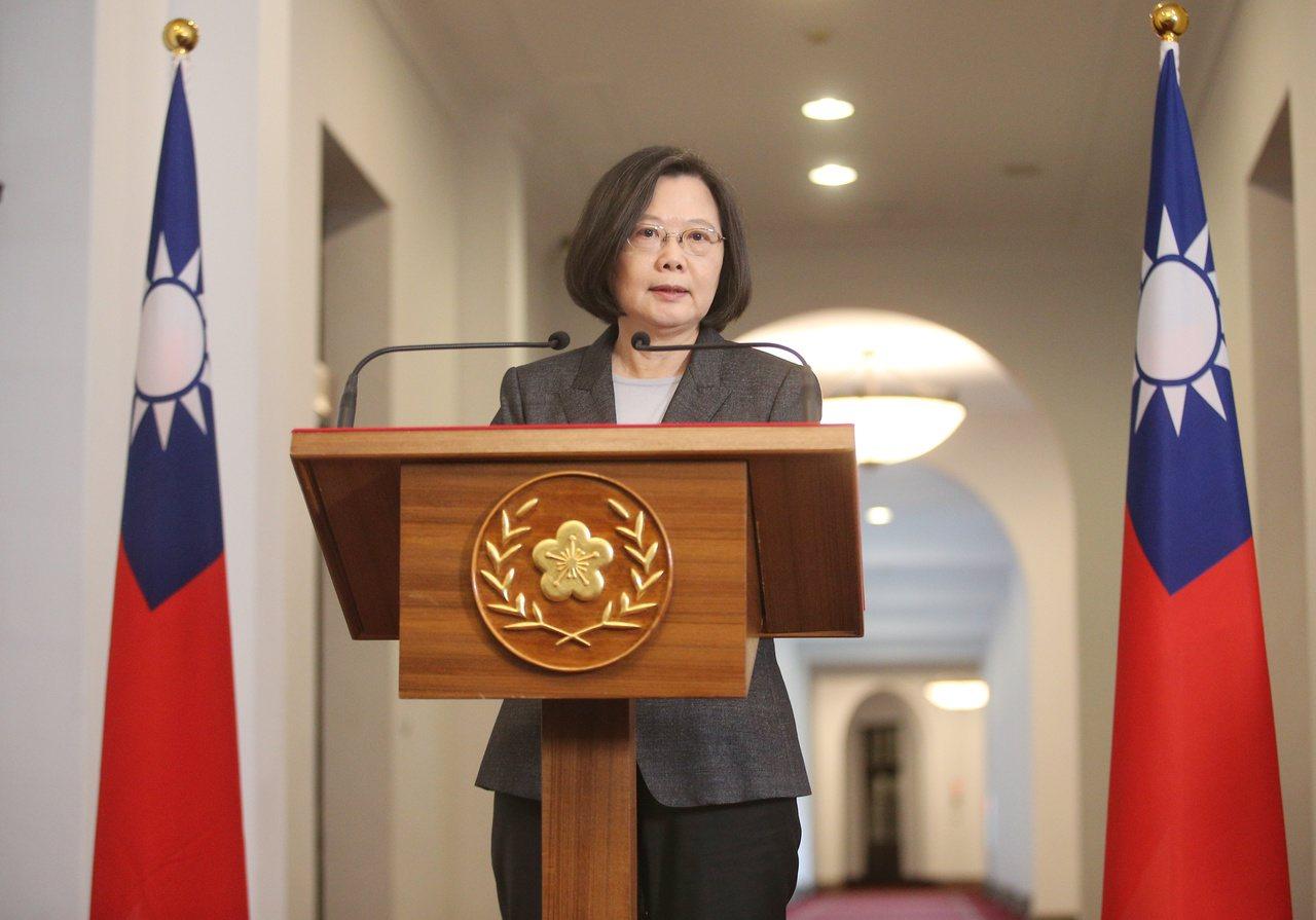 蔡英文總統上午在總統府內發表「迴廊談話」,談到麵包師傅吳寶春公開宣示「支持九二共...