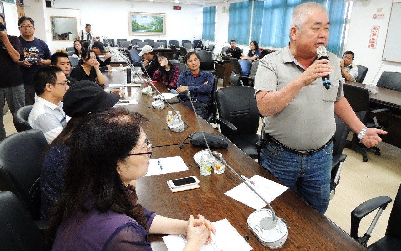 台東地區十餘位普悠瑪事故傷者今天上午前往台東縣議會陳情,一致指控除了事故當天在醫...