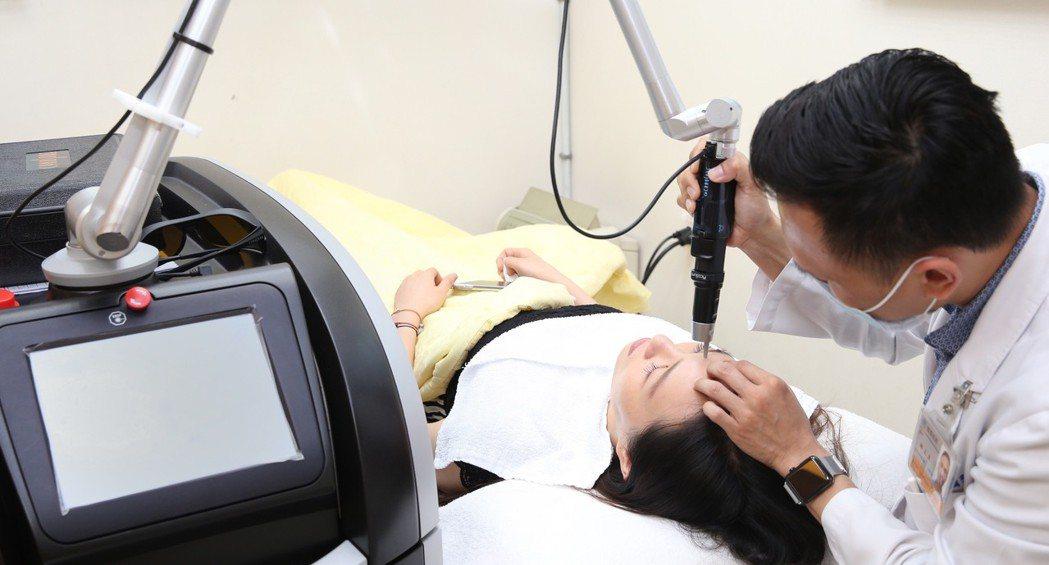 醫美診所雷射儀器多,各種儀器針對不同皮膚問題進行處理。本報資料照/記者陳易辰攝影