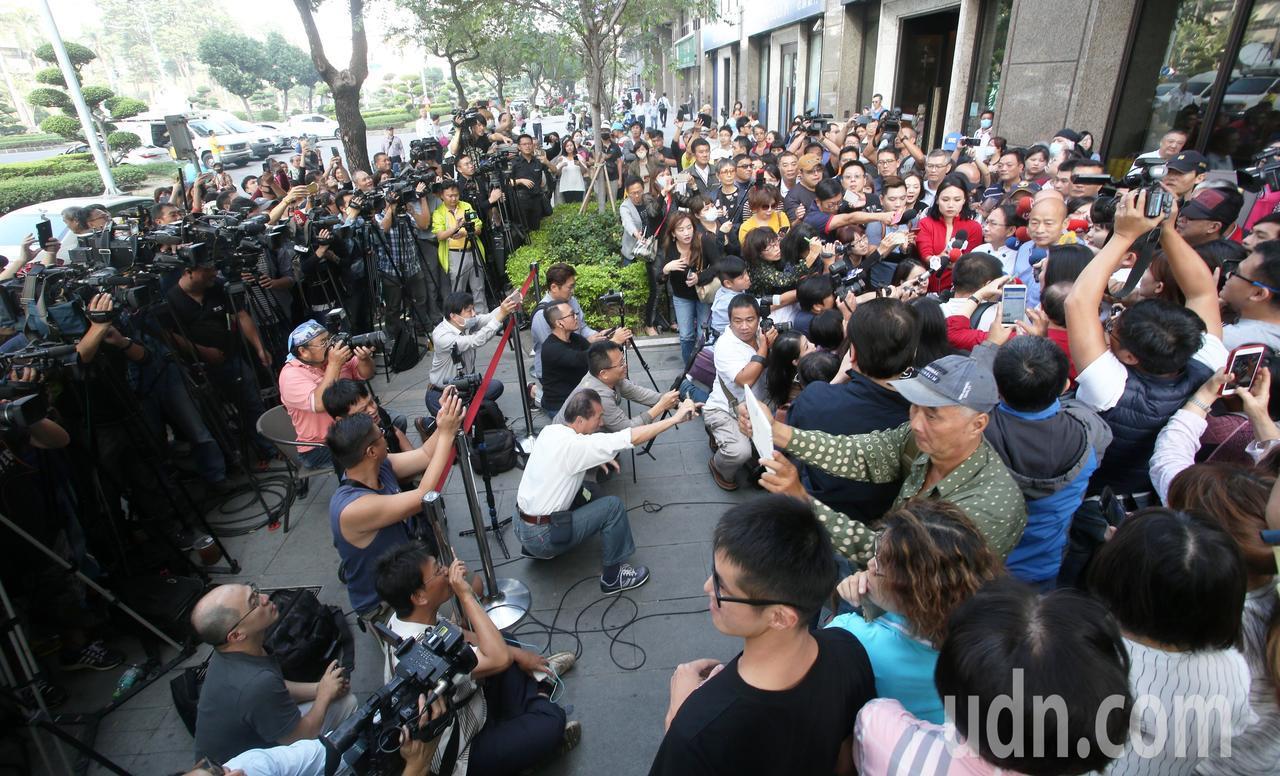 高雄市長當選人韓國瑜今天用行動支持吳寶春,現場擠進大批媒體採訪,還有許多民眾好奇...