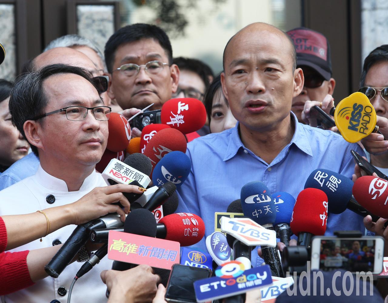 高雄市長當選人韓國瑜(右)今天用行動支持吳寶春(左),他說世界金牌得來不易,希望...