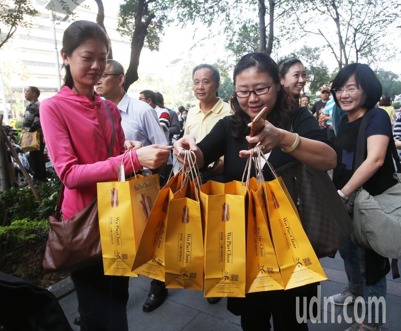 民眾用實際行動力挺吳寶春麵包。記者劉學聖/攝影