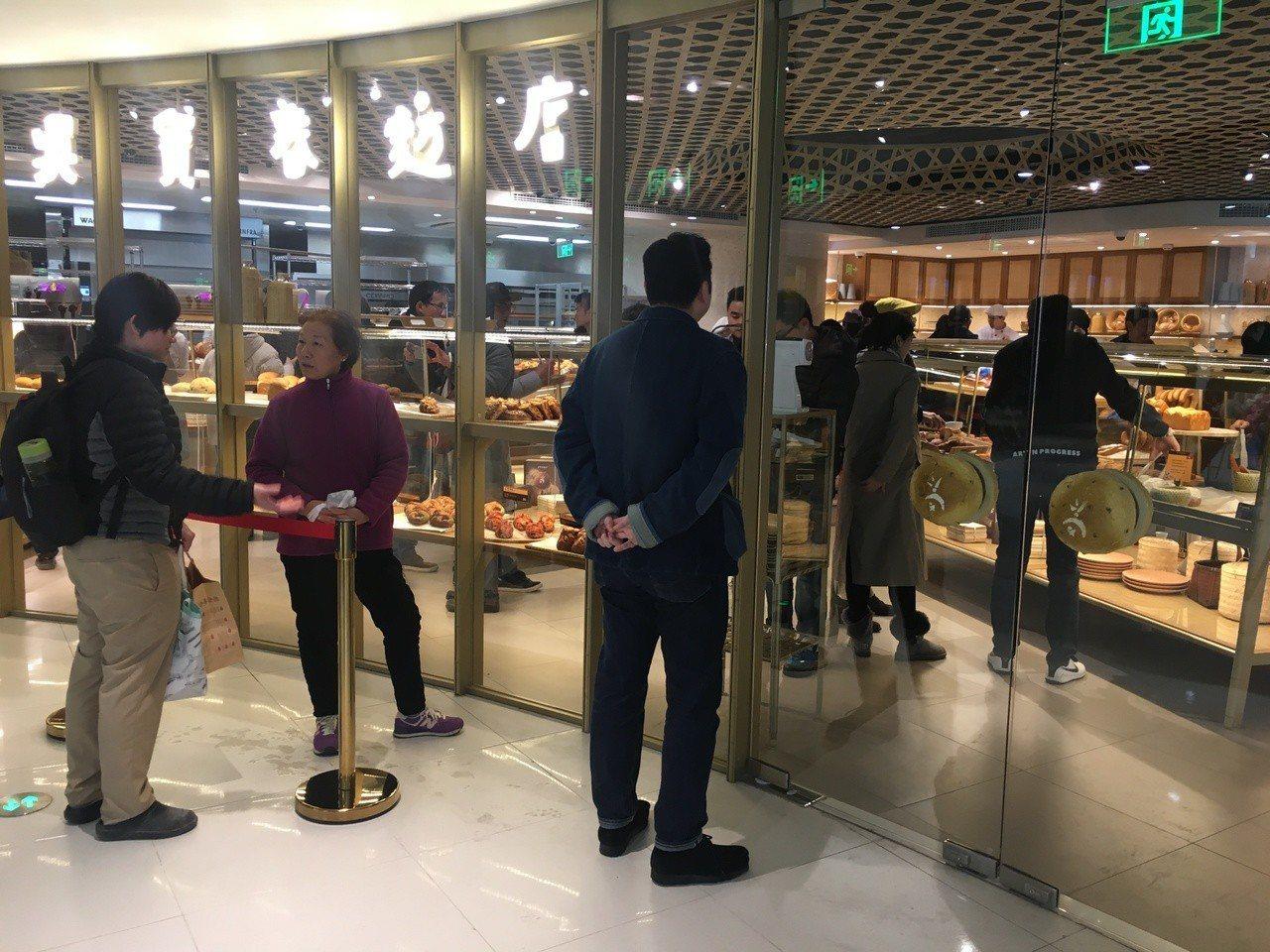 吳寶春大陸首家麵包店11日下午湧入不少消費者大排長龍,甚至必須在門口進行出入管制...