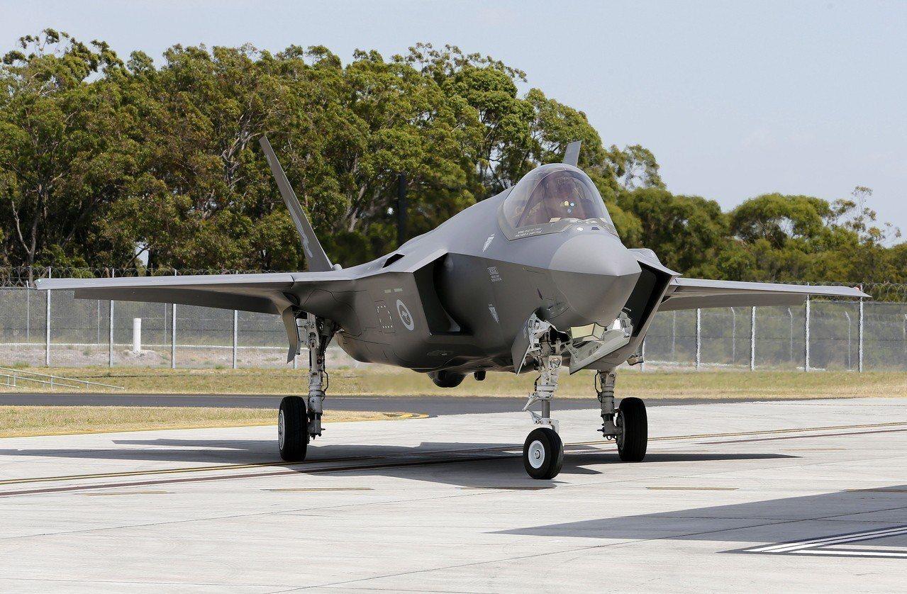 12月10日抵達澳洲威廉鎮空軍基地的F-35A戰機。歐新社