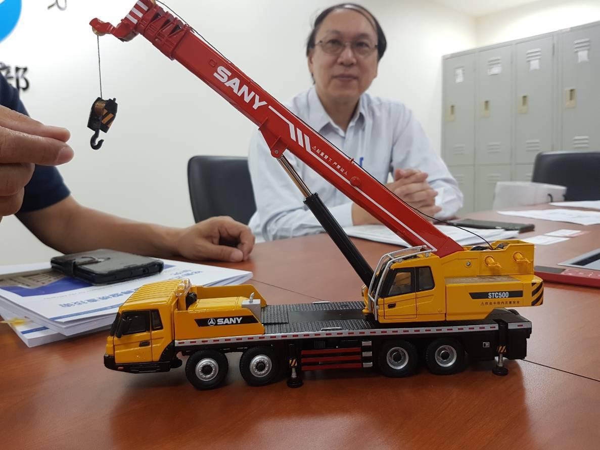 勞動部職安所說明移動式起重機旋轉盤的安全檢測方式。記者吳佩旻/攝影