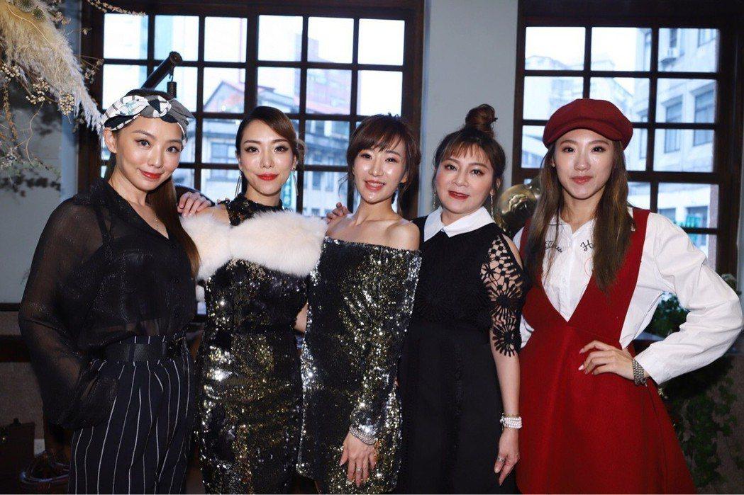 羅巧倫和好友黃霈麒開餐酒館,賴芊合(左起)、王彩樺、謝金晶齊祝賀。圖/民視提供