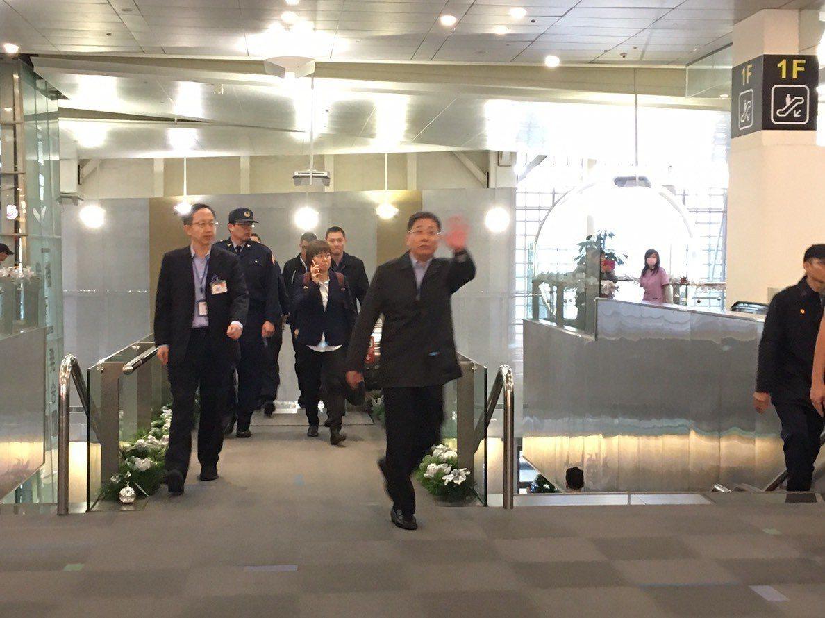 上海市台辦主任李文輝(右1揮手者)今天下午返中。記者魏莨伊/攝影