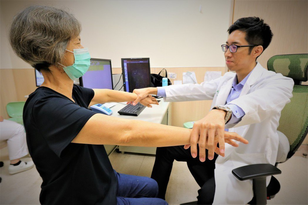亞洲大學附屬醫院骨科醫師慕德翰指出,60歲以上的族群,發生旋轉肌袖撕裂的機率近4...