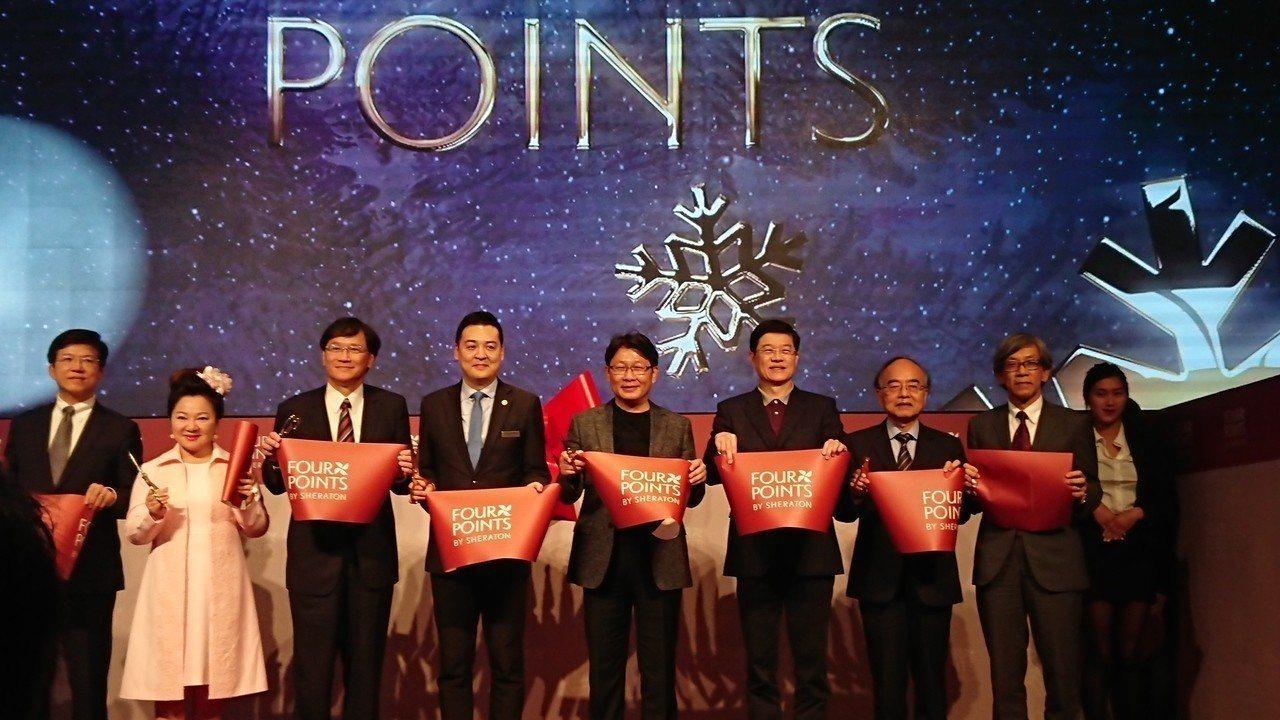 亞昕國際董事長姚連地(左五)表示,原物料像是鋼筋、水泥擬漲價下,認為明年房價將會...