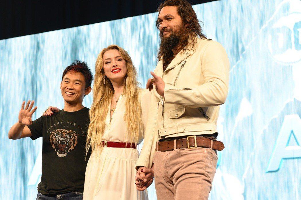 傑森摩墨亞(右)、安柏赫德(中)以及導演溫子仁出席「水行俠」馬尼拉記者會,展現親...