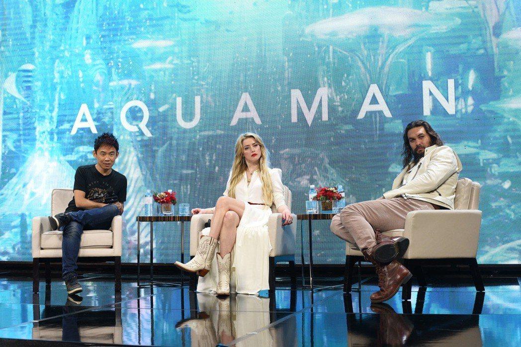 傑森摩墨亞(右)、安柏赫德(中)以及導演溫子仁出席「水行俠」馬尼拉記者會,大談拍...