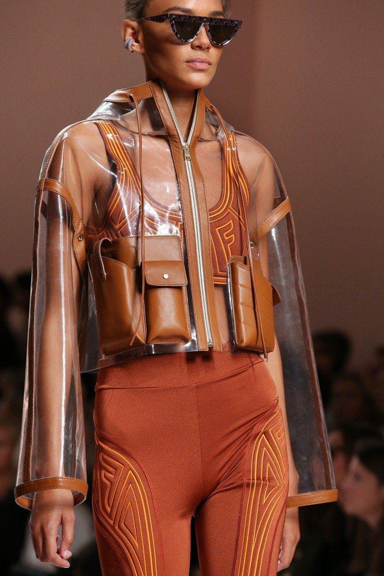 PVC或皮革背心結合多工口袋的設計,是2019春夏男女裝的潮流。圖/FENDI提...