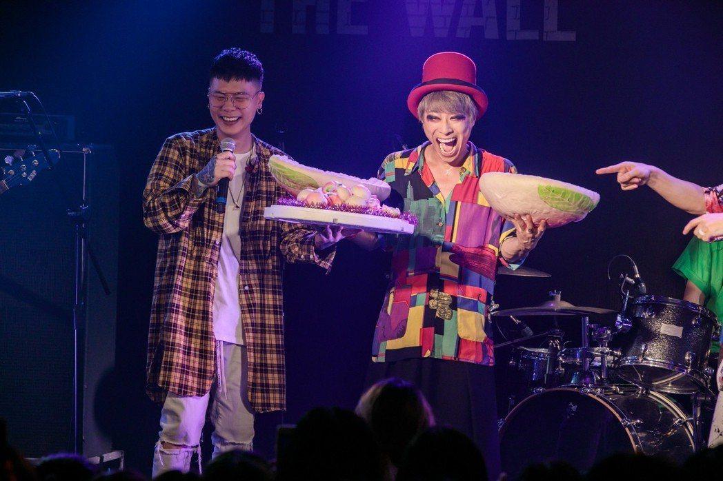 蕭秉治獻母子壽桃為小淳和鼓手ELSA慶生。圖/相信音樂提供