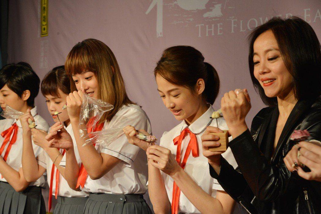 范瑞君(右起)、簡嫚書、孟耿如挑戰蛋糕擠花。圖/表坊文創提供