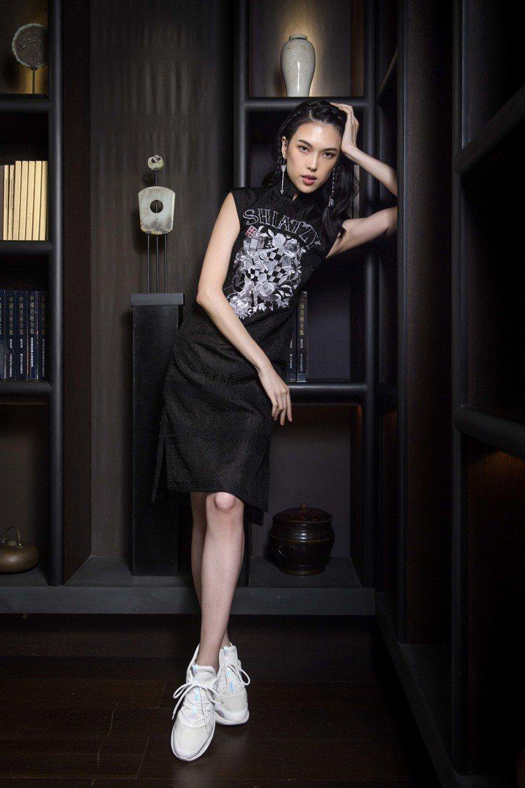 麻將圖紋與logo打造了2019春夏女裝的刺繡。圖/夏姿提供