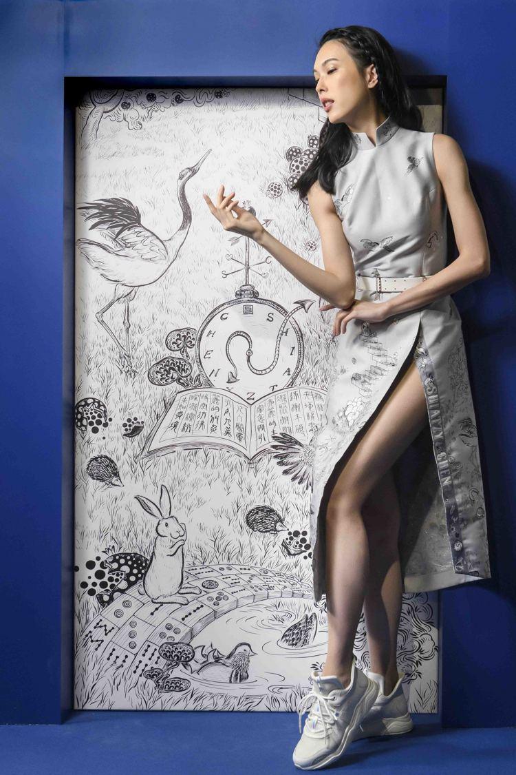 名模王思偉詮釋春夏系列新裝,本季裙裝的高衩設計帶來隱約的性感。圖/夏姿提供