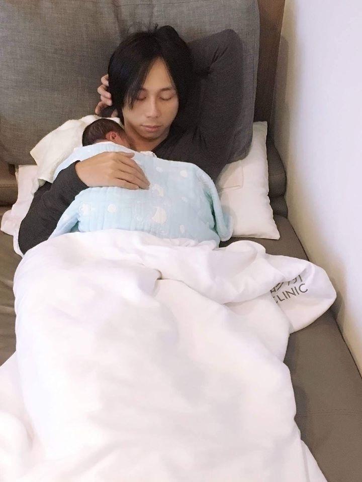 霸天抱著兒子。圖/摘自臉書