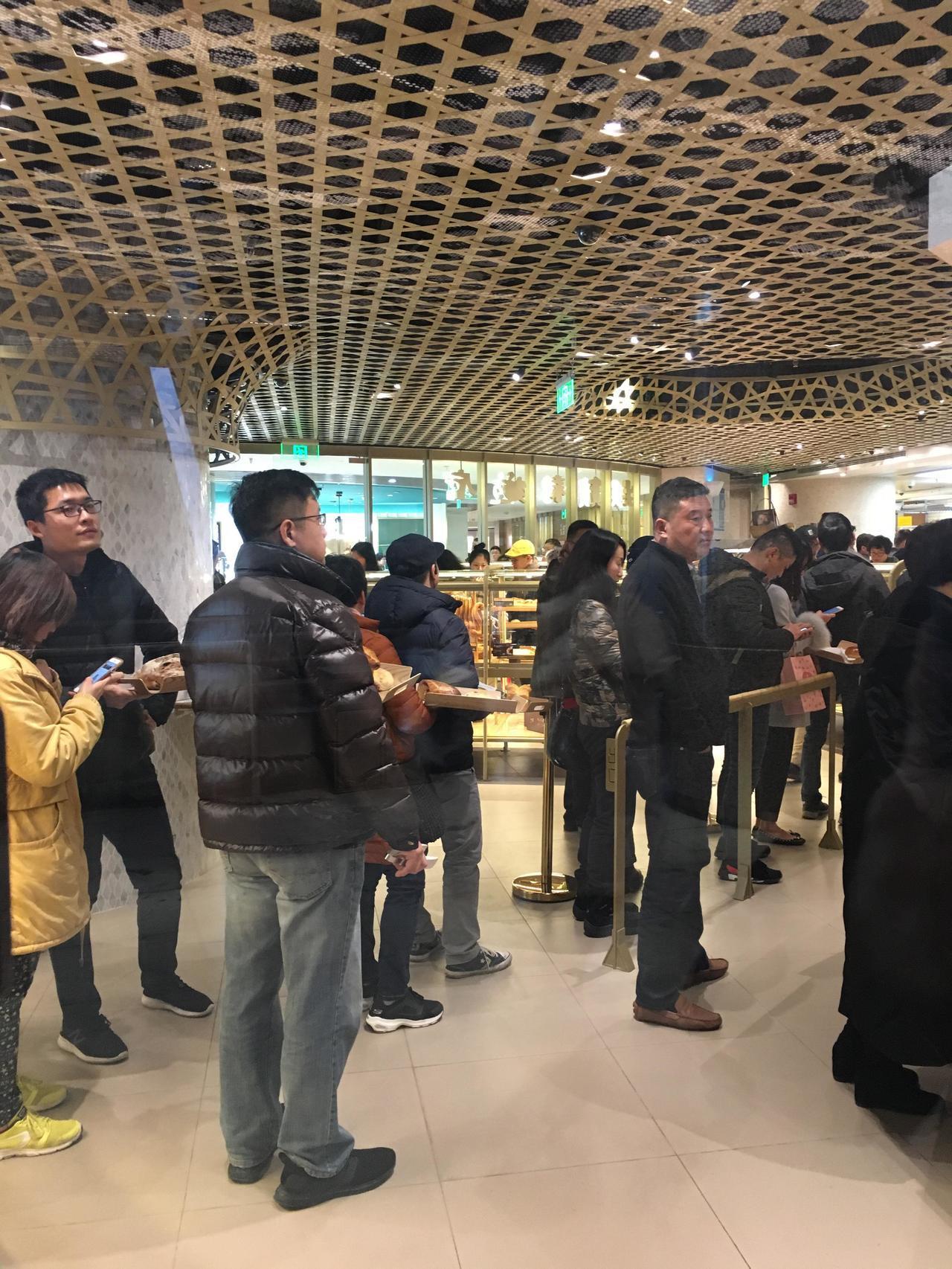 吳寶春在周一傍晚發表聲明後,其在上海門店11日生意更好,店內可以看到有不少消費者...