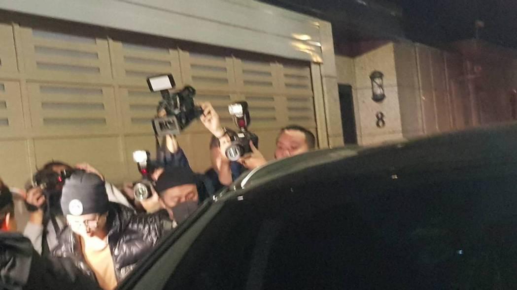 孫安佐(戴毛帽)回家。記者林怡秀/攝影