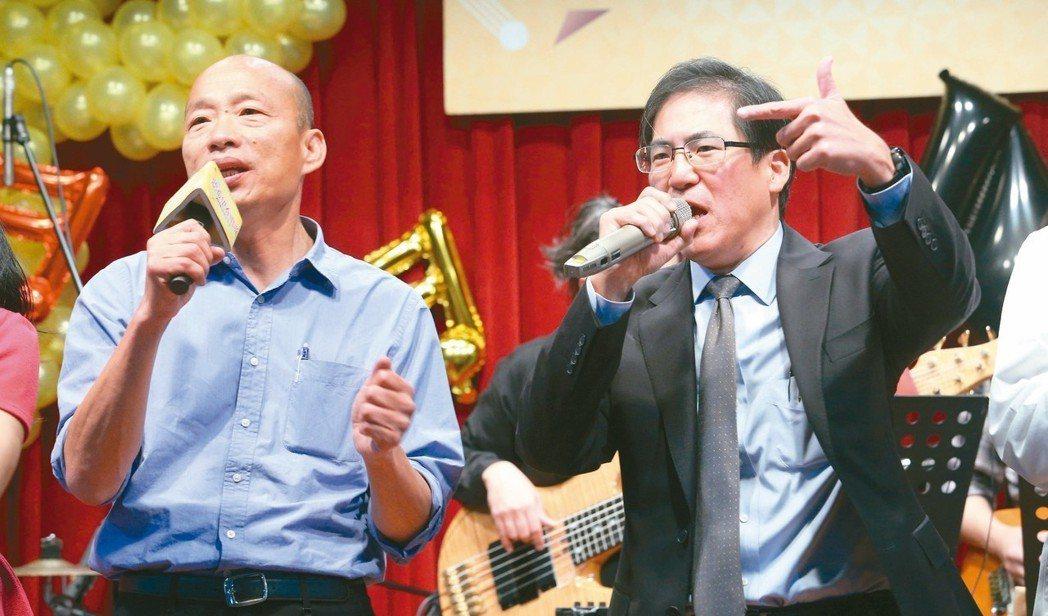 韓國瑜(左)出席高醫「聽希望在唱歌」音樂會,唱了拿手歌「愛拚才會贏」。 圖/聯合...