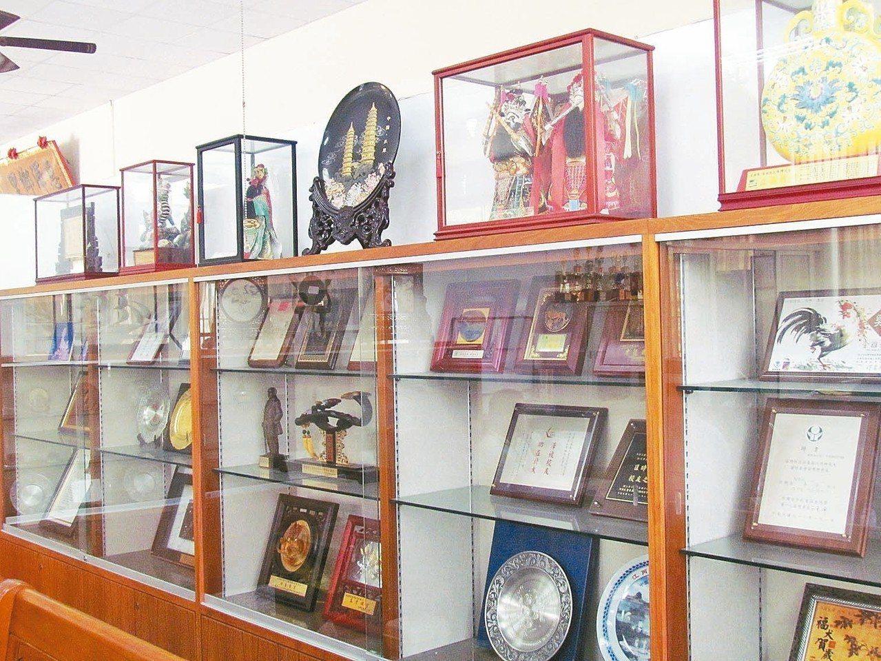 「江丙坤文物陳列館」裡陳列著江丙坤的獎牌和照片文物等。 記者張家樂/攝影