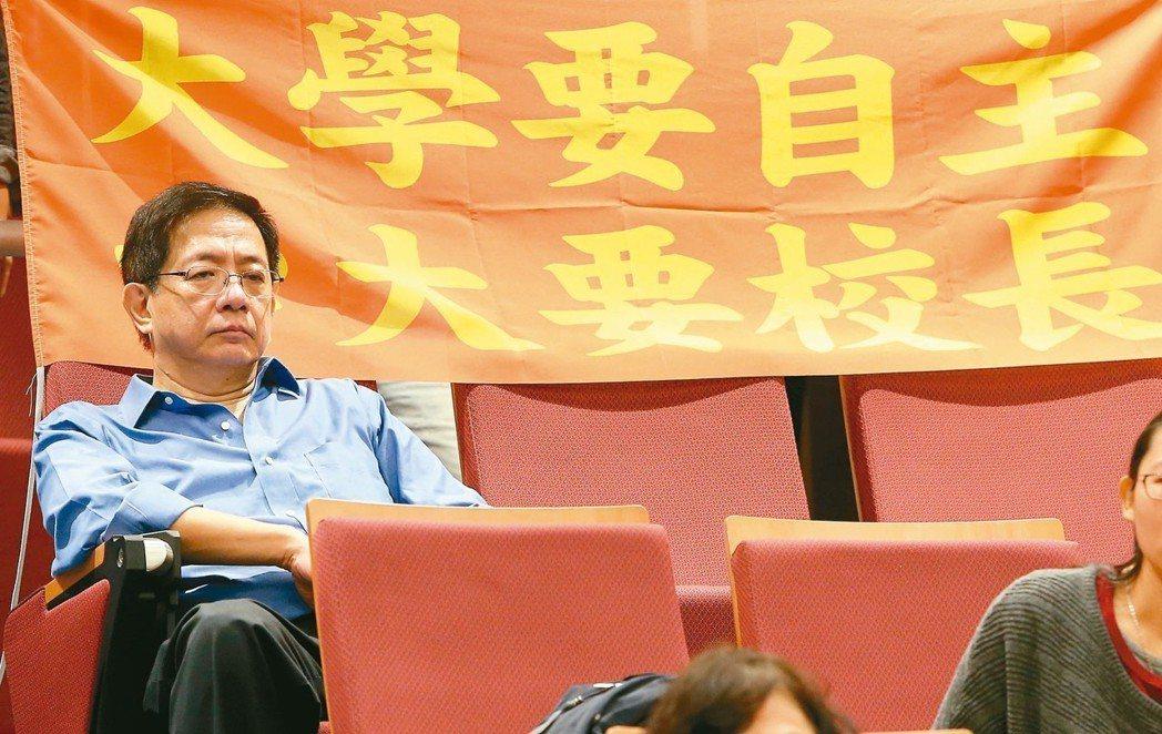 台大校長當選人管中閔昨天意外現身「還我校長-台灣教育不能等」記者會,低調坐在掛滿...