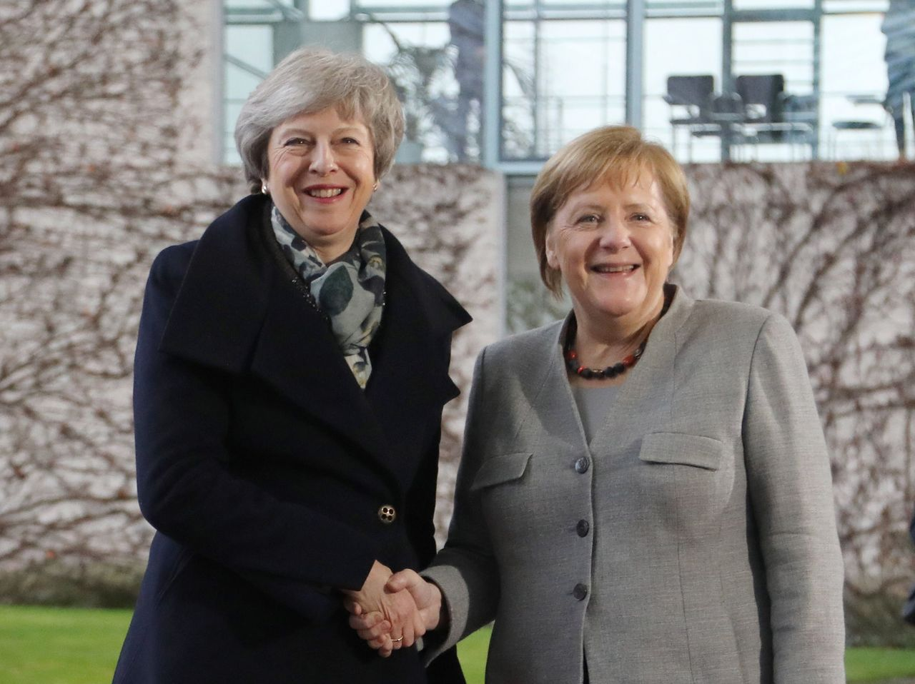 英國首相梅伊(左)11日訪問德國,與總理梅克爾(右)討論脫歐協議。 (歐新社)
