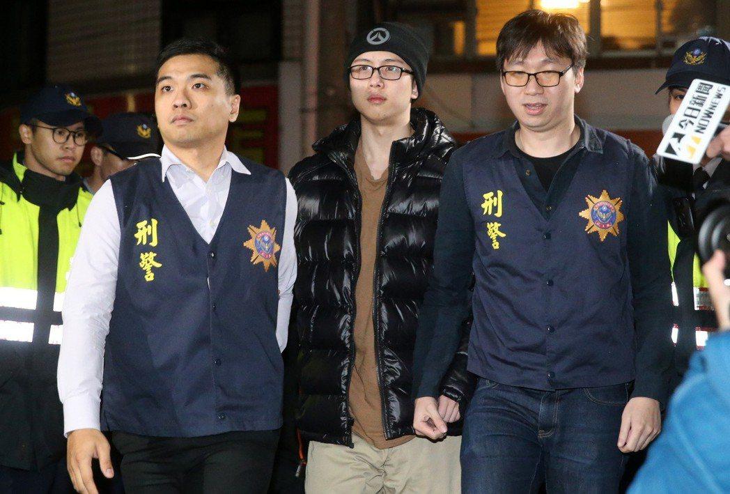 藝人孫鵬、狄鶯的獨子孫安佐(中)在美國涉恐攻案遭逮,在歷經260天關押後被遣送回