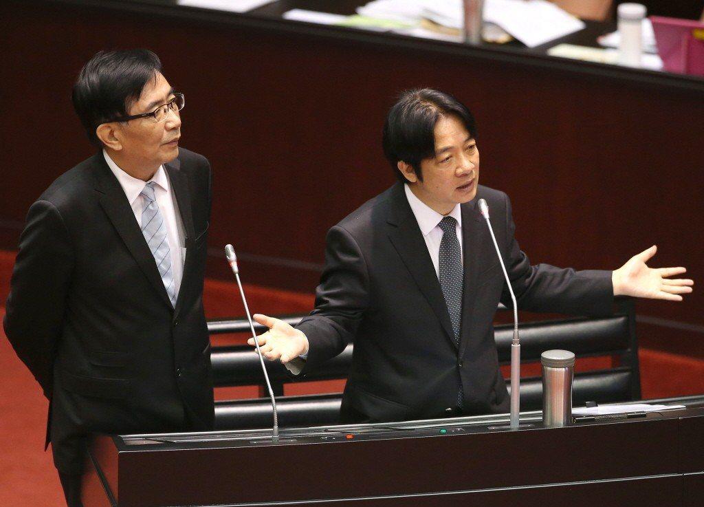 今年11月,交通部長吳宏謀(左)與行政院長賴清德,到立法院報告普悠瑪事件調查結果...
