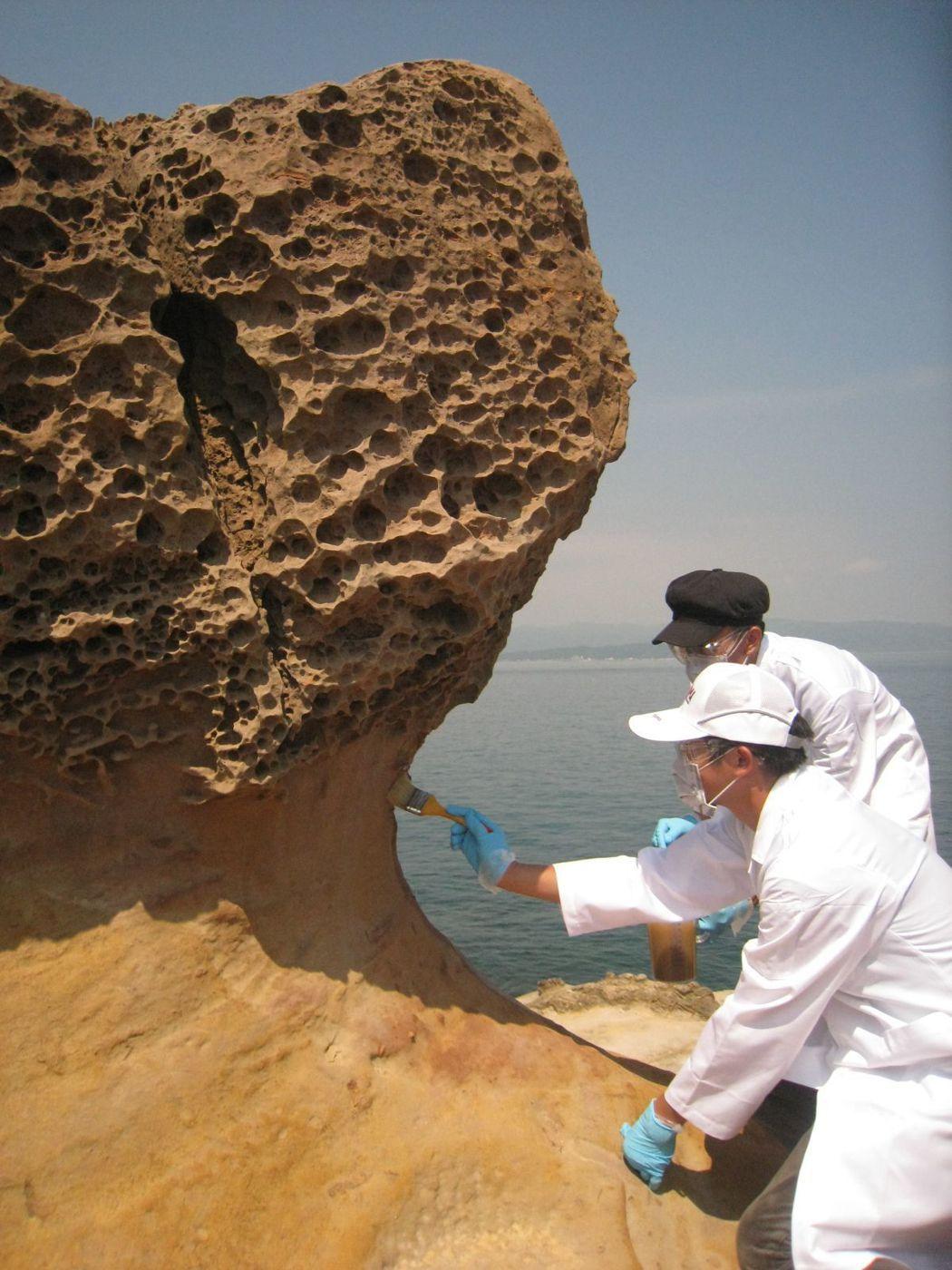 觀光局北觀處在女王頭附近4顆蕈狀岩塗抹奈米塗料,觀察補強成效。 本報資料照片/記...