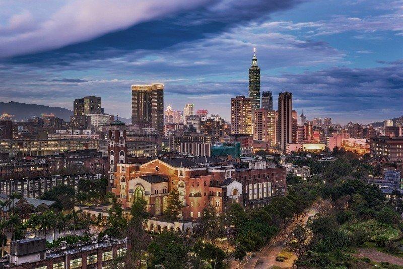 台北瑰麗酒店位於信義路五段、莊敬路口,地標性建築台北101就在眼前。 瑰麗酒店/...