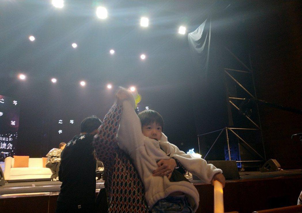 嗯哼還與觀眾們打招呼。圖/擷自weibo。