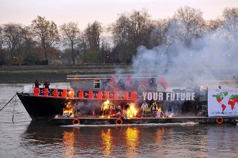 魏斯伍德的次子柯爾在倫敦泰晤士河的一艘船上焚燒了他的許多龐克收藏品。 圖/美聯社