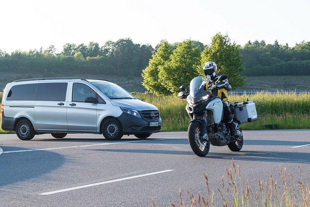 機車用ABS防鎖定煞車系統原理也是相同,避免騎士在緊急狀況於濕滑或抓地力不佳的路面下,避免因為輪胎鎖死造成的打滑問題。 圖/Bosch提供