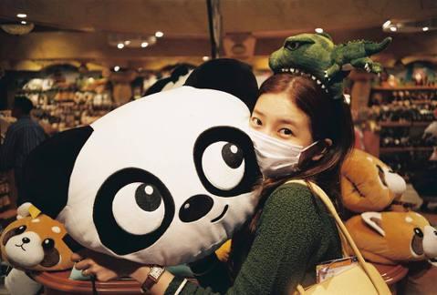 韓國「國民初戀」秀智今在IG分享一組照片,圖中她頭戴小恐龍髮箍,看起來像是被咬住了!而她雙手托腮、與熊貓玩偶合照、還有摘下口罩回眸的面貌,呈現嬌羞、可愛、無辜的樣子,讓網友直呼真是仙女下凡,特別是回...