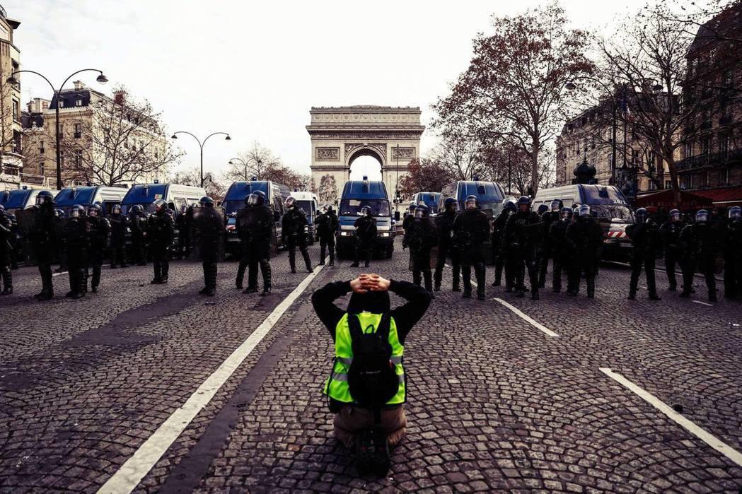 黃背心運動的崛起,也醞釀著把階級議題重新帶回法國政治辯論主軸的契機。 圖/法新社