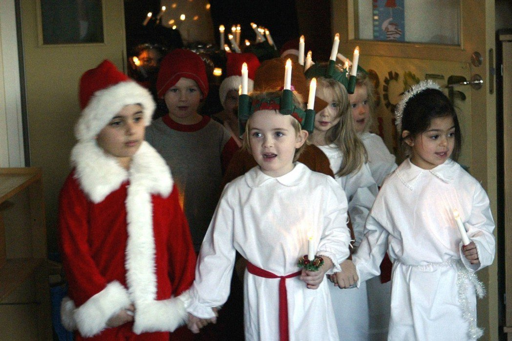 「我也想當露西亞...」男孩不可以扮演「聖女露西亞」嗎?圖為瑞典小孩們打扮成聖誕...