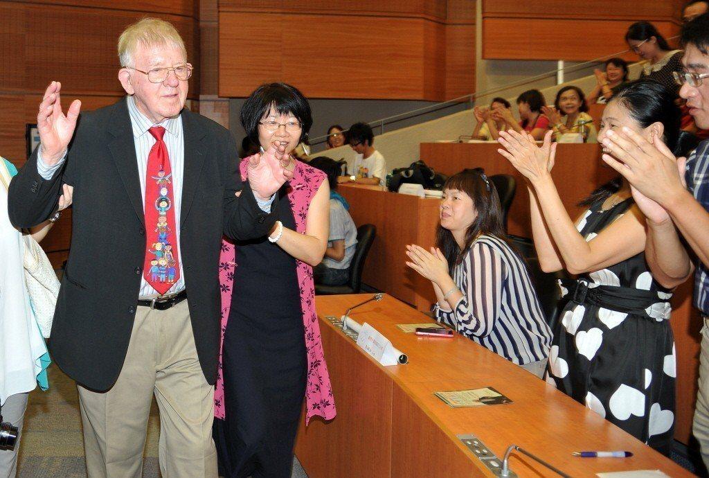 羅慧夫醫師離台前夕舉辦感恩見面會,受到現場兩百多個家庭熱烈掌聲。 圖/聯合報系資料照