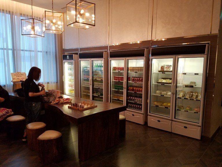 櫃檯旁的飲料櫃與休息區 圖文來自於:TripPlus