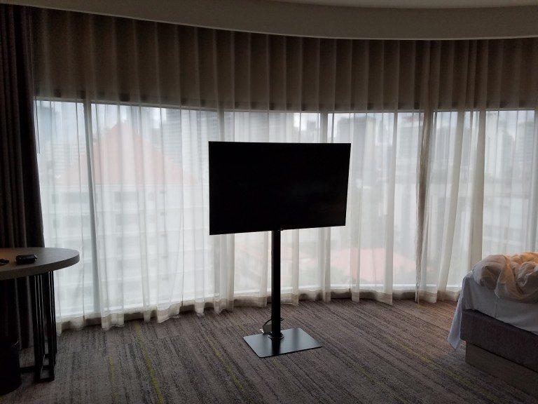 電視就正好架在落地窗的前面 圖文來自於:TripPlus