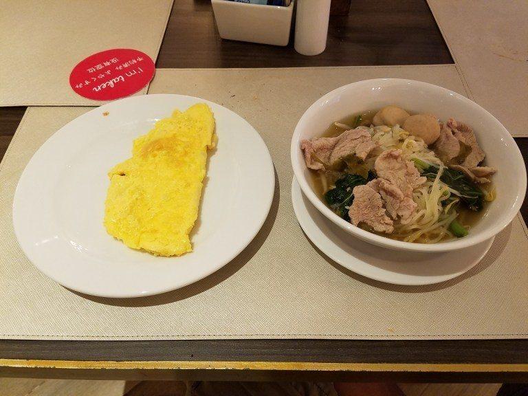 點了盤歐姆蛋與一碗湯麵,覺得開心而滿足! 圖文來自於:TripPlus