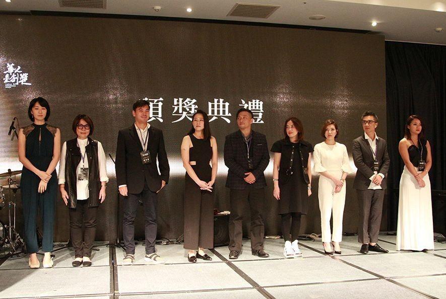 (圖)張顥瀚總監(右二)代表無界象設計團隊,上台與諸位受獎人合影留念。